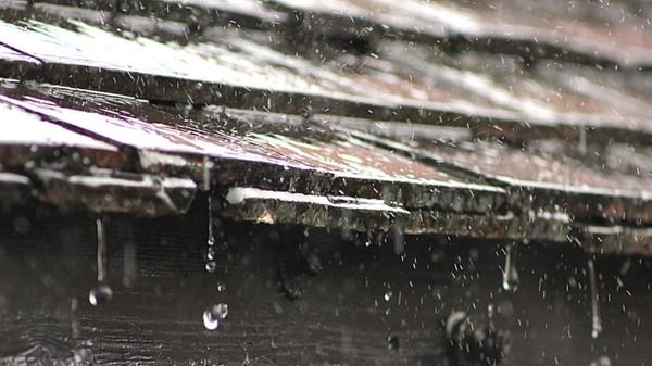 FLERE TONN: Det havner noen tonn vann på hustaket hvert eneste år.
