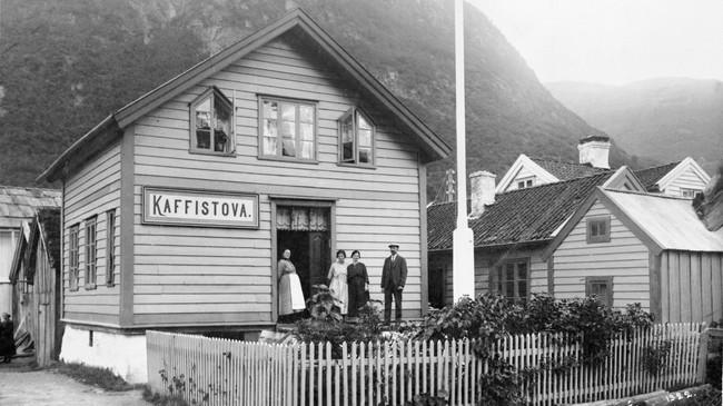 Kaffistova i 1922. Personane er frå venstre: Anna Kvamme, Borghild Jacobsen, Agnes Kvamme og Peder Kvamme. Foto: Amedé. Eigar: Vik lokalhistoriske arkiv/Fylkesarkivet i Sogn og Fjordane.