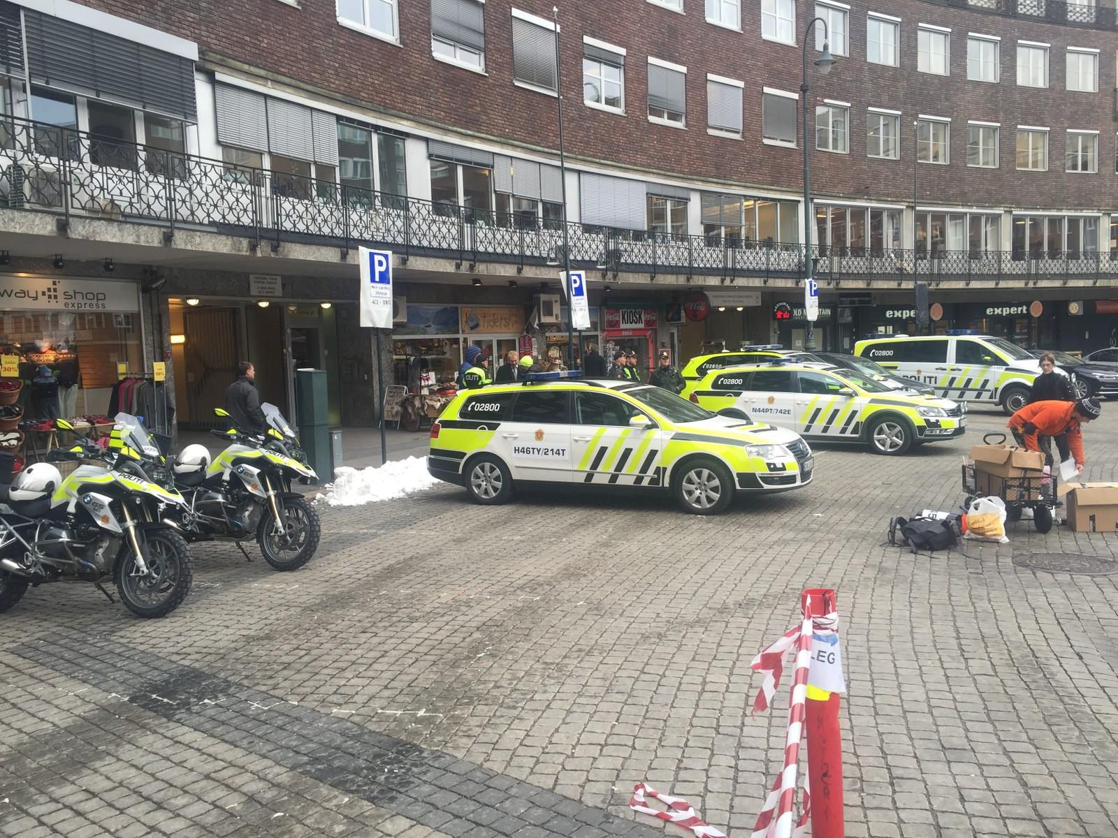 Omskiltede politibiler på Fridtjof Nansens plass ved Oslo rådhus.