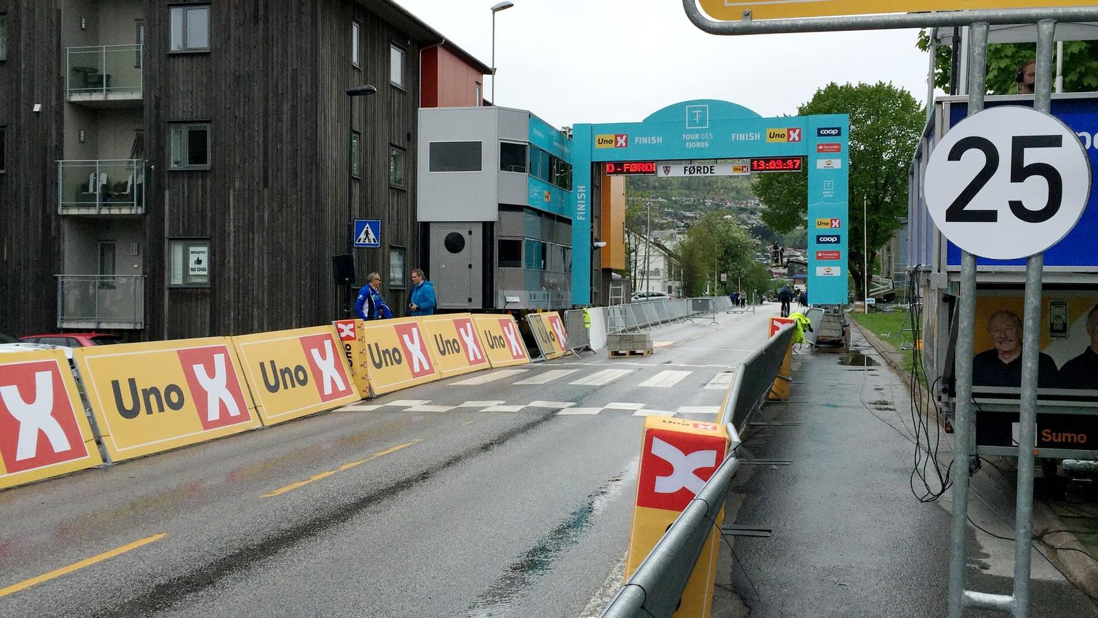 Her skal syklistane i mål onsdag ettermiddag, langs Angedalsvegen i Førde, vis-a-vis NRK og Førde Stadion.