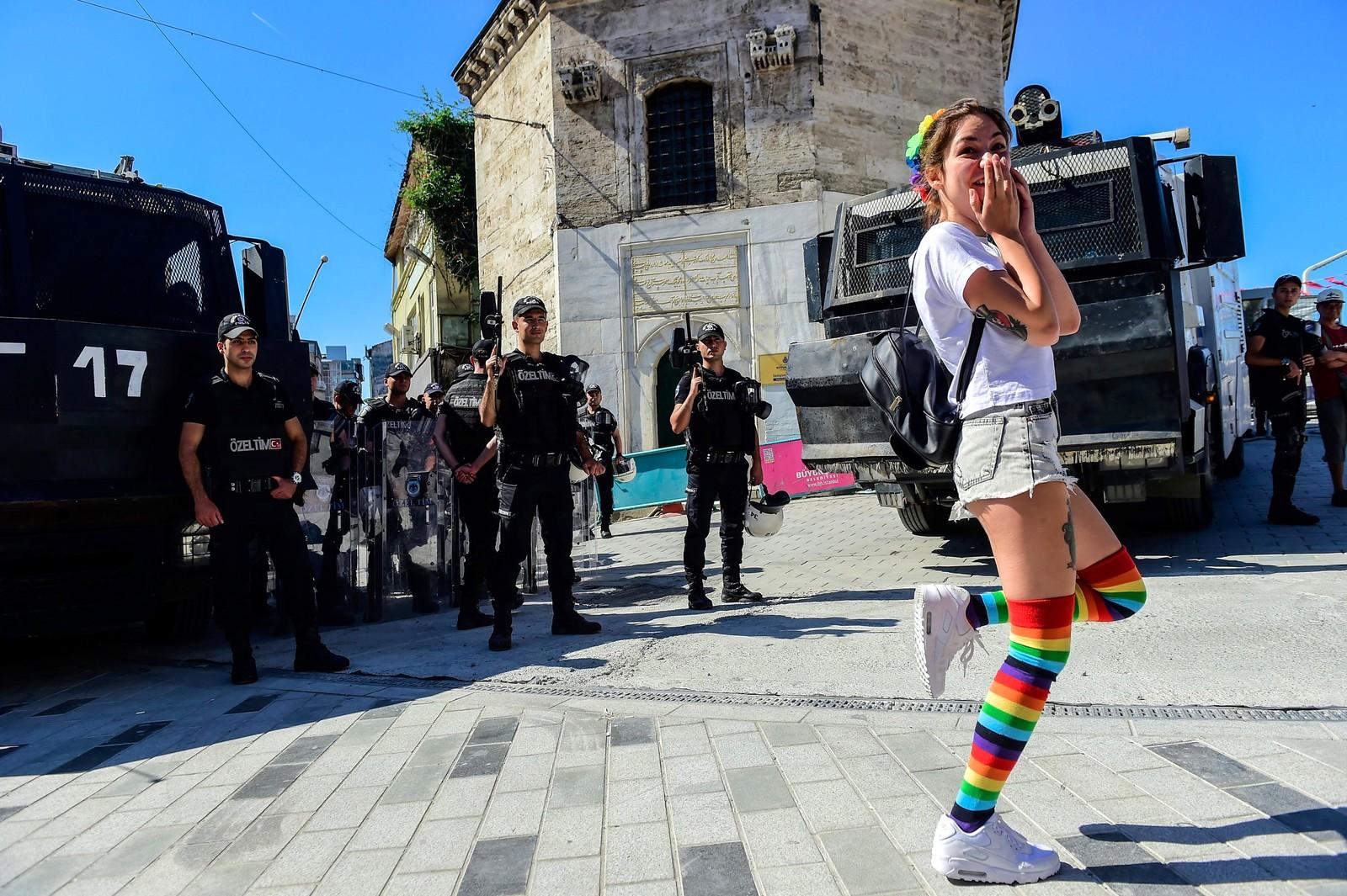 Tyrkisk opprørspoliti forsøker å stoppe en pride-parade i Istanbul.