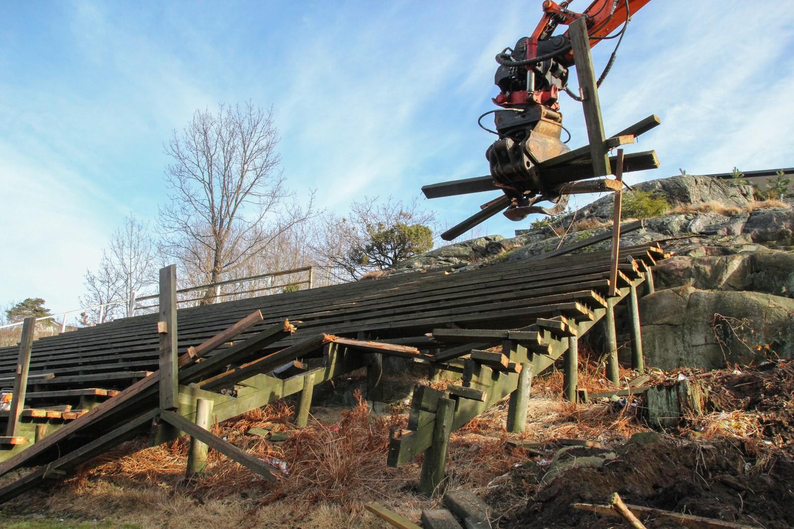 Nå rives tribuneanlegget og det kommer et nytt i betong.