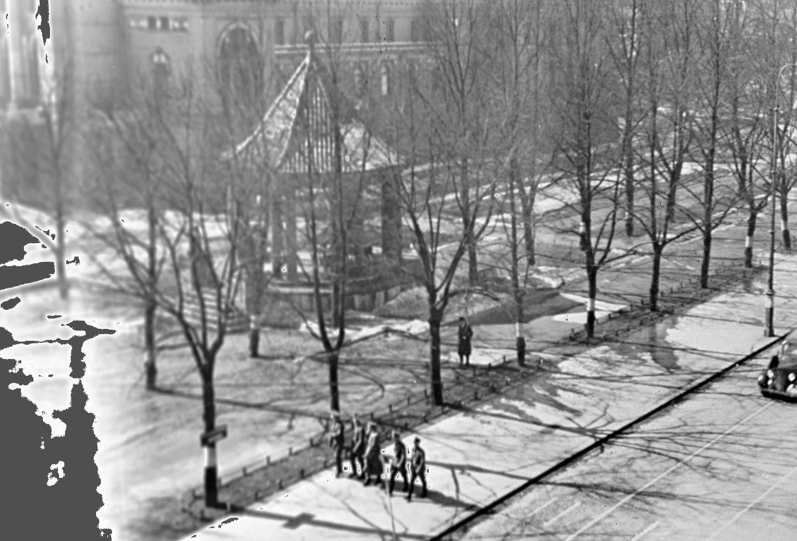 Karl Johans gate er nesten folketom ved 14-tiden om ettermiddagen. Alle nordmenn var anmodet om å forlate sine arbeidsplasser, reise hjem og overlate gatene til tyskerne.
