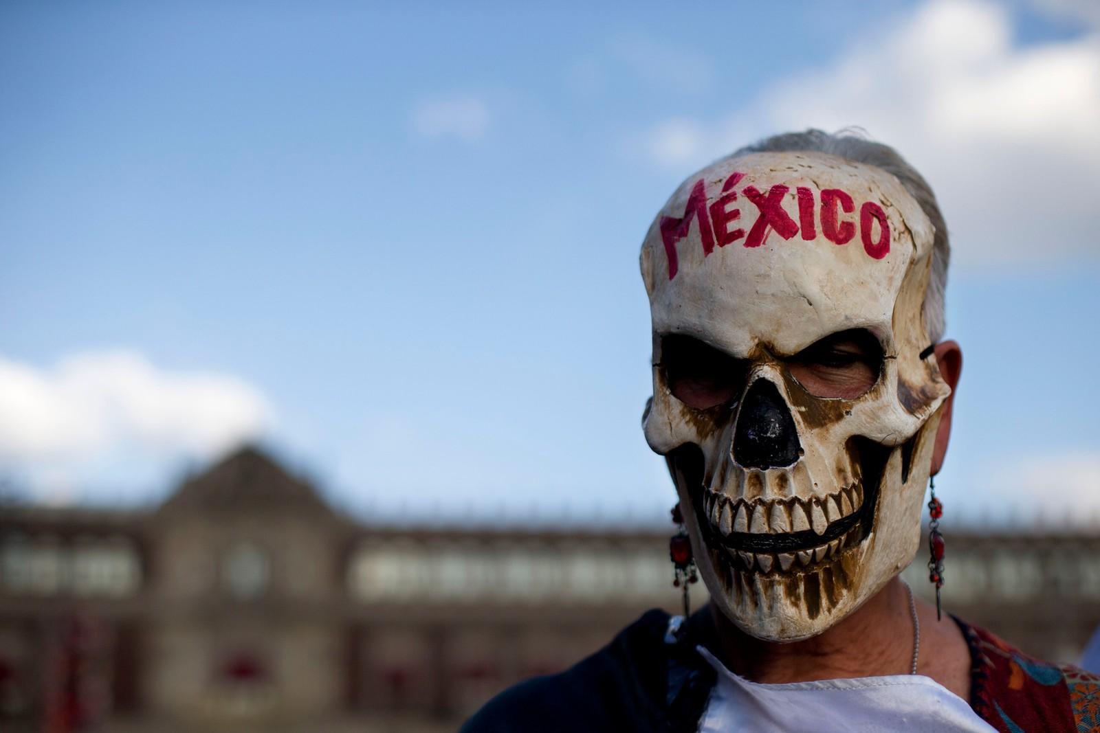 En kvinne markerer årsdagen for da 43 studenter forsvant i Mexico. Markeringen varte i 43 timer.