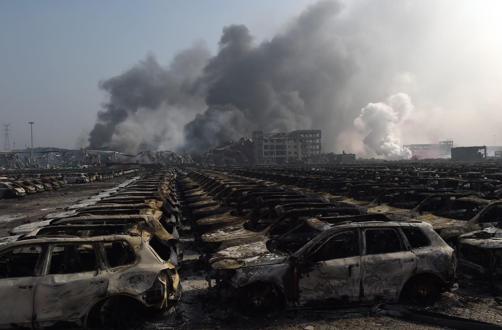 VRAKRESTER: Utbrente biler etter eksplosjonene.