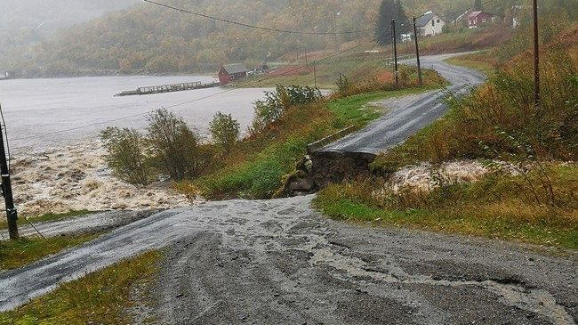 En bro har rast ut på den kommunale Myrlandsveien i Hadsel kommune.