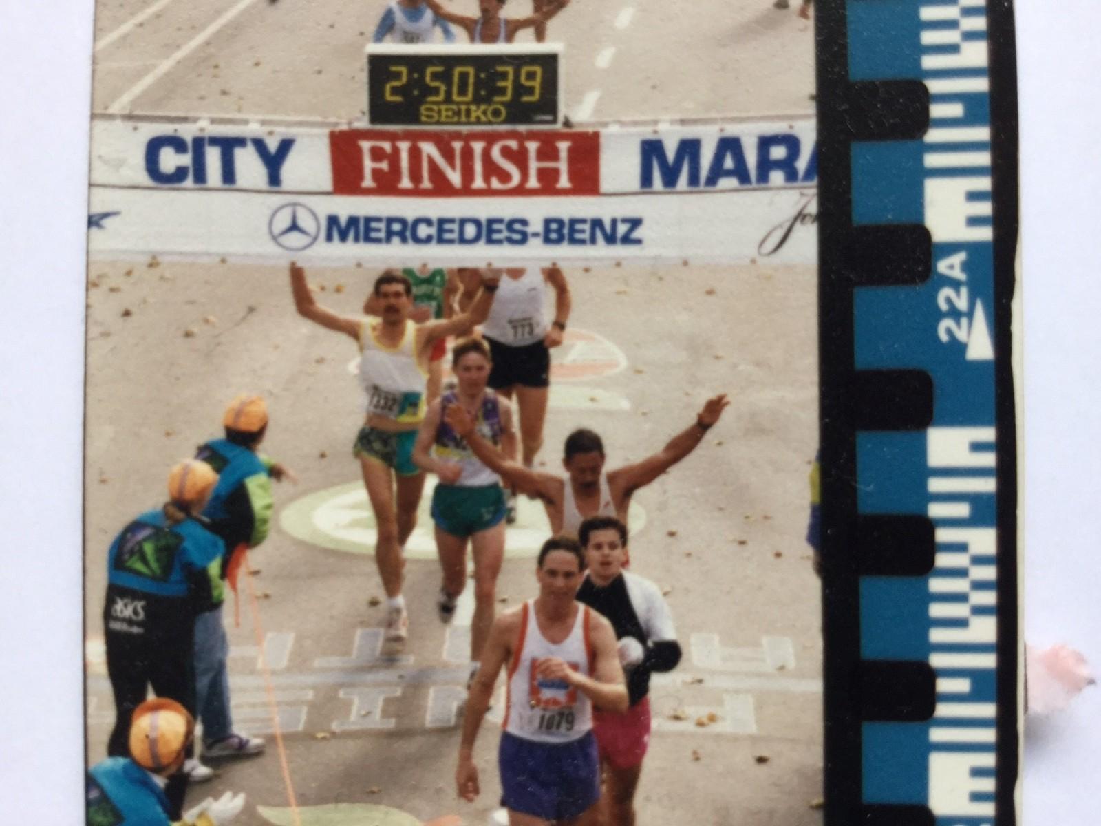 Jens Ingvald Olsen under målgangen til New York Marathon i 1992. – Mange blir overrasket når jeg sier at jeg sprang maraton på 2 timer og 42 minutter, det er nesten bare halvproffe utøvere som gjør det i dag.