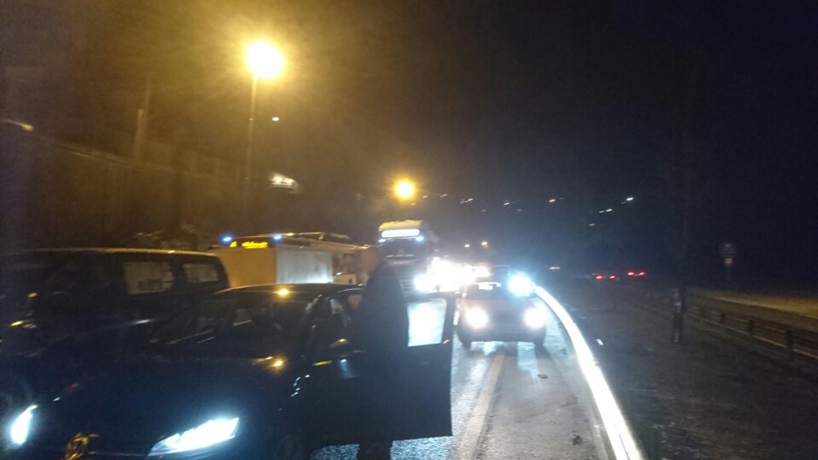 En bilist NRK snakket med, forteller at han så bilen foran seg suse rett inn i køen. Han valgte selv å kjøre av veien og inn i en mur utenfor veien, fremfor å havne i bilkaoset.
