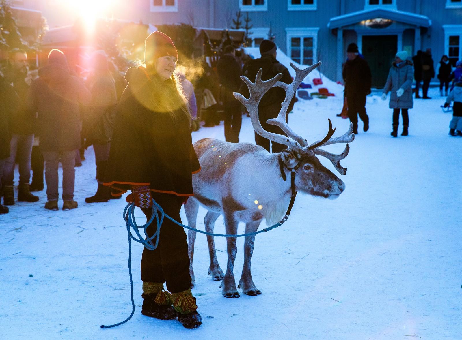 Karianne Søberg stilte opp med et reinsdyr midt i Bergmannsgata, som et trekkplaster til Rørosrein sin stand.