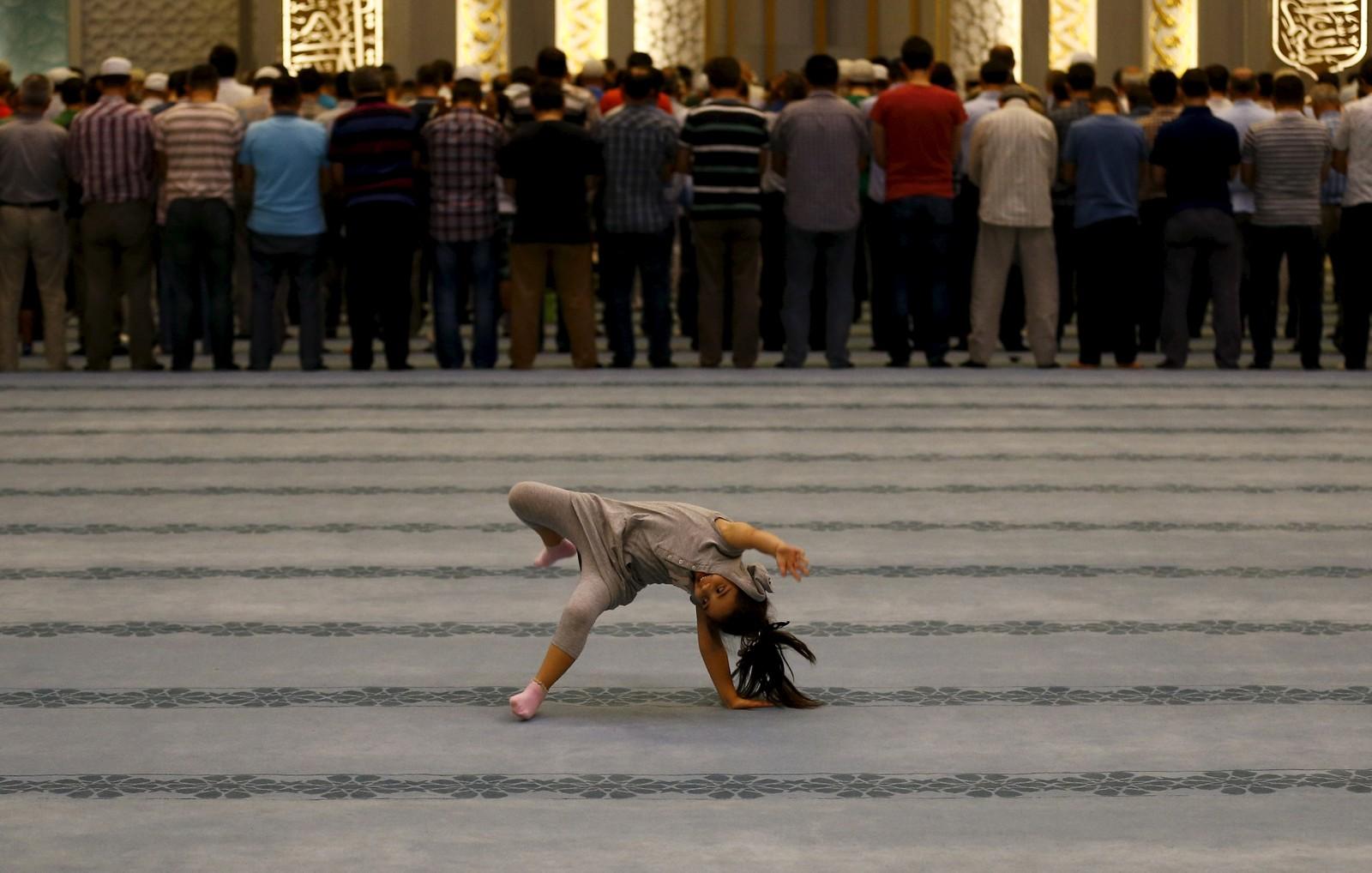 Ei jente leker under aftenbønnen i Ahmet Hamdi Akseki-moskeen i Ankara, Tyrkia.