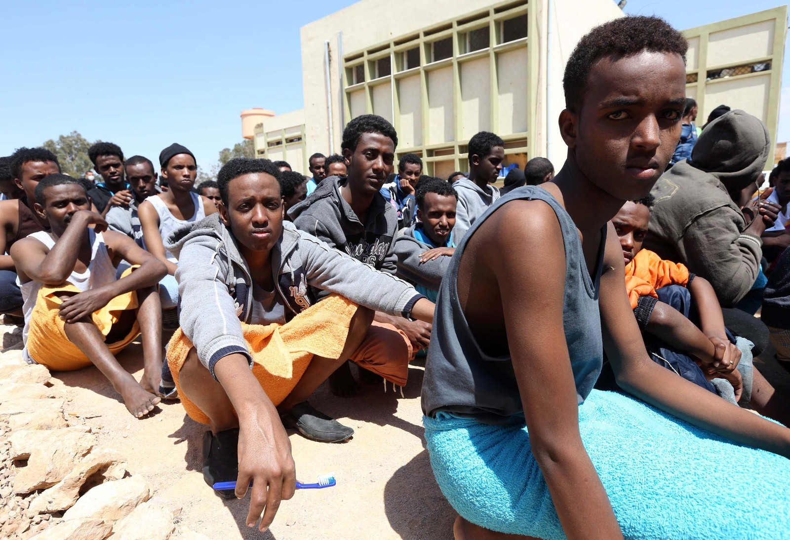 Flyktninger fra land sør for Sahara venter i Misrata 15. april 2015 etter at båten de forsøkte å krysse Middelhavet i, ble stanset av den libyske kystvakten.