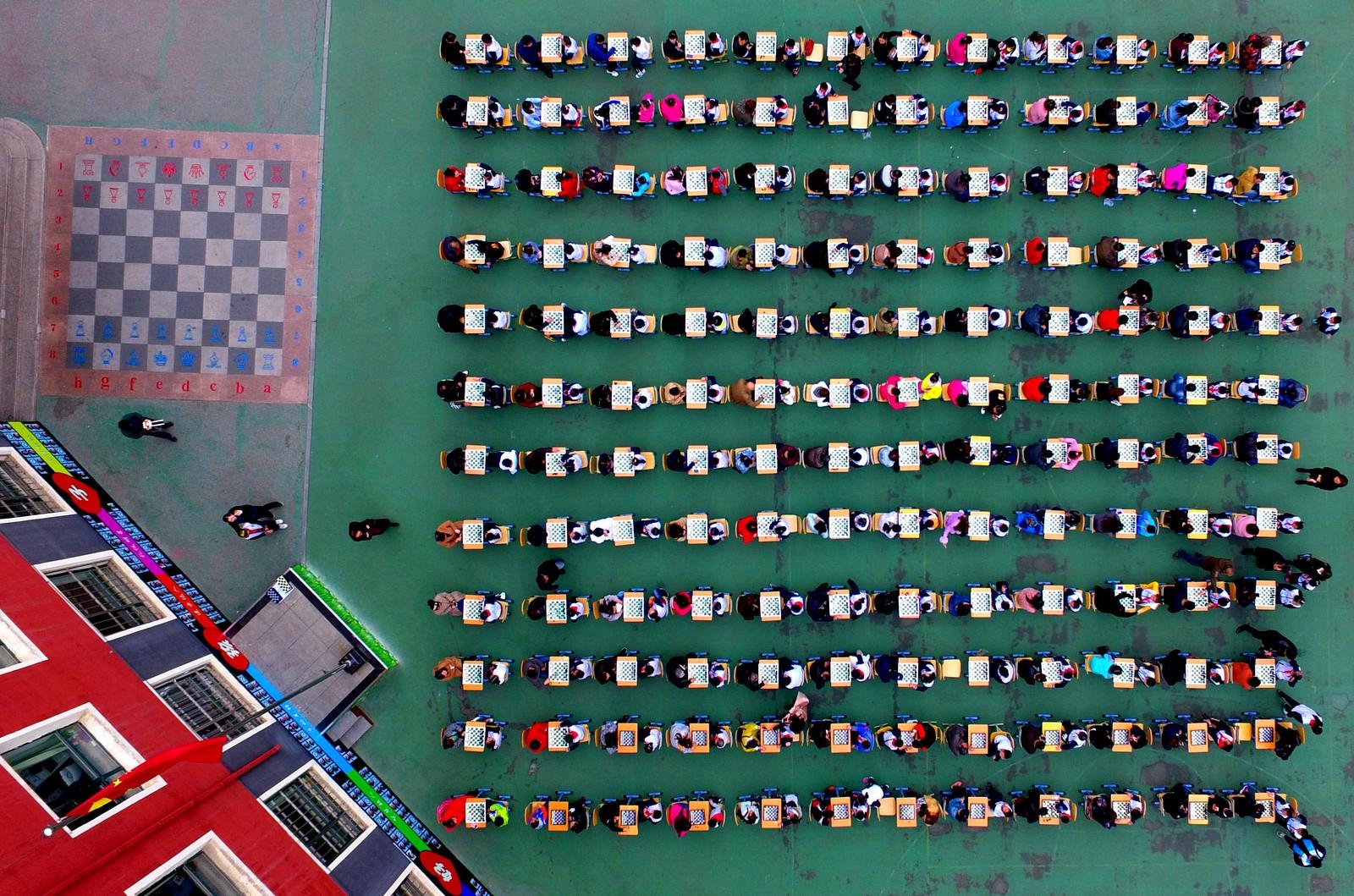 Kinesiske skolebarn og foreldre deltar i en sjakkturnering på en skole i Shenyang.