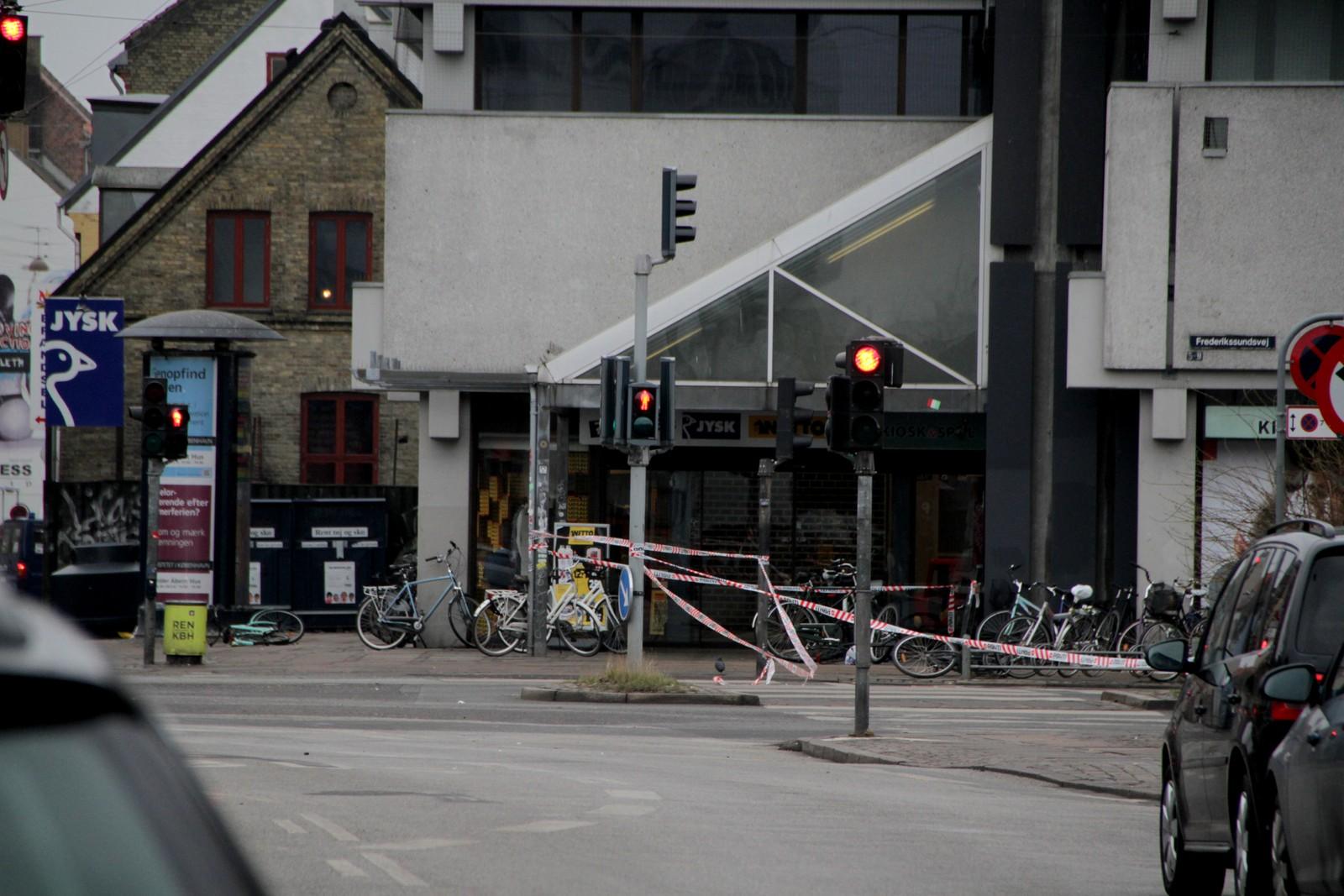 Da politiet forsøkte å pågripe den antatte gjerningsmannen, ble det en skuddveksling mellom mannen og politiet. her i like nærheten av Nørrebro stasjon ble den antatte gjerningsmannen drept.