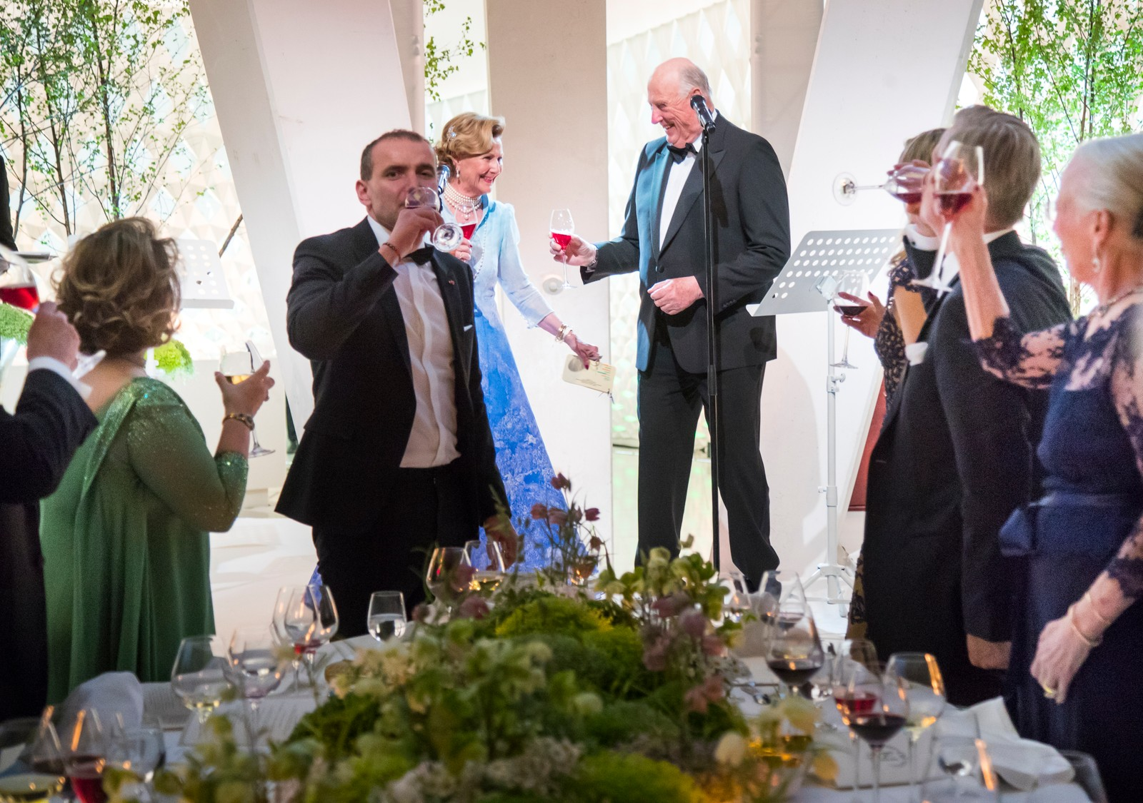Dronning Sonja og kong Harald skåler under regjeringens festmiddag for kongeparet i Operaen i anledning deres 80-årsfeiring.