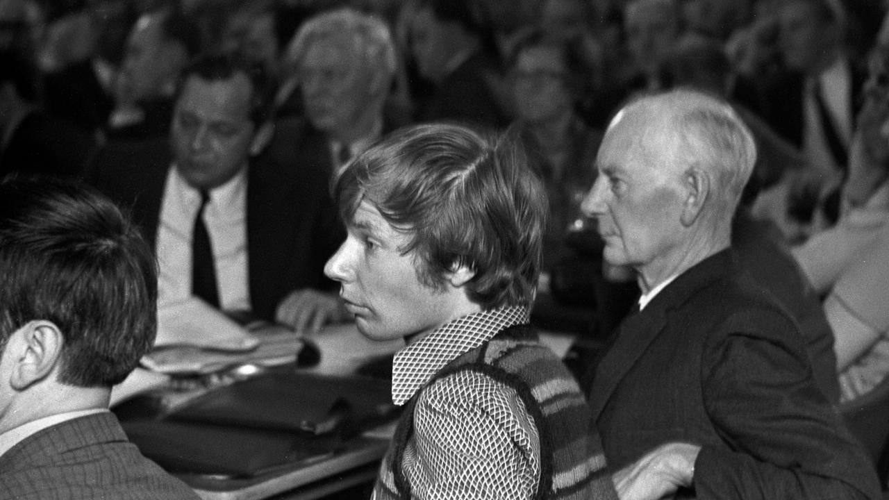 OSLO 19720422. Tidligere statsminister Einar Gerhardsen sammen med sønnen Rune Gerhardsen på Arbeiderpartiets-landsmøte.