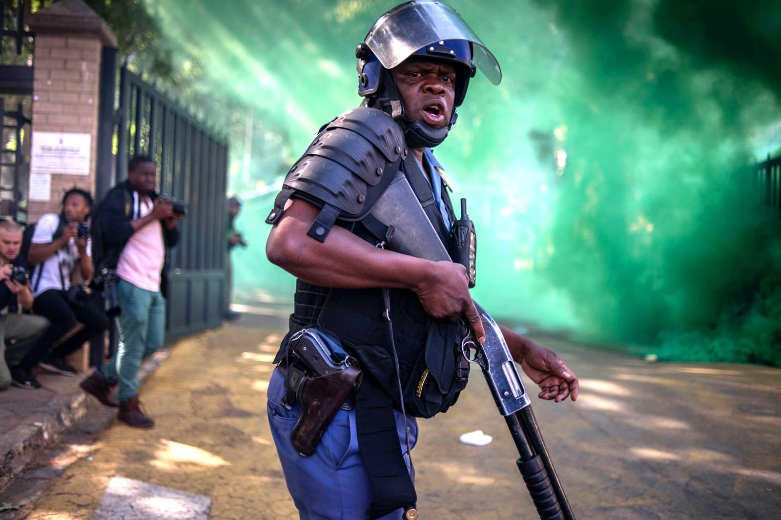 Mandag den 21. september barket politiet og studenter fra Universitetet i Witwatersrand sammen i Johannesburg i Sør-Afrika. Studentene var forbannet over at studieavgiftene skal økes. Politiet svarte med gummikuler og sjokkgranater.