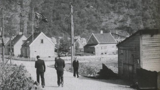 Flagget til den tyske okkupasjonsmakta vaiar over Høyanger. Ukjend fotograf, eigar: Arthur Dale.