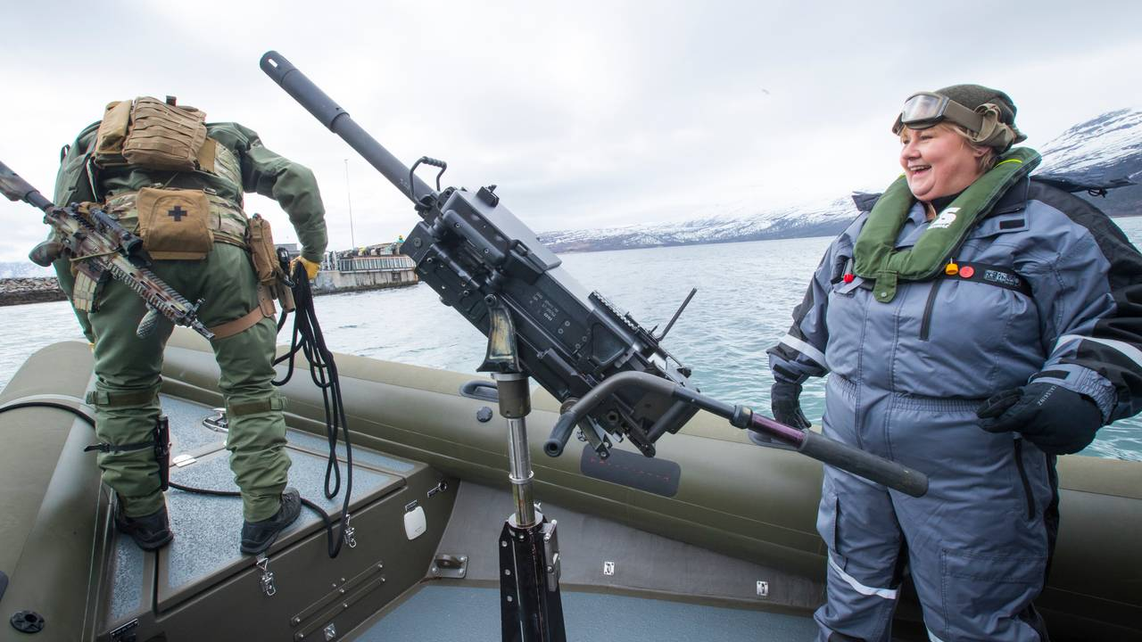 Erna Solberg på en militær rib
