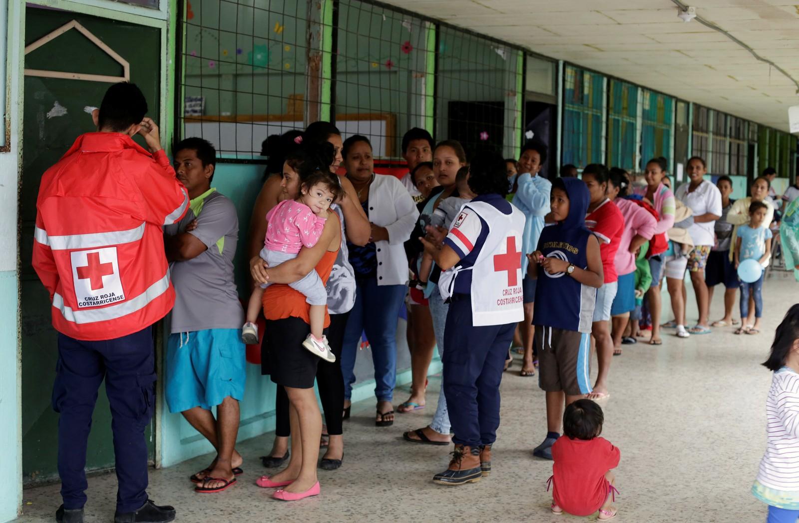 Dei evakuerte familiane får helsesjekk og medisinar frå Røde Kors.