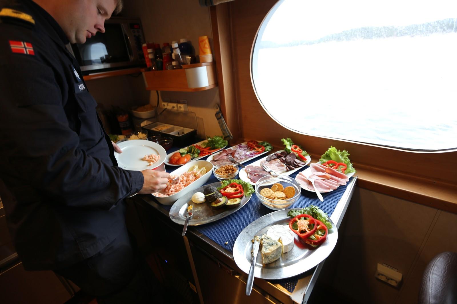 GOD MAT: På lunsjbordet står det både reker, laks og spekemat.