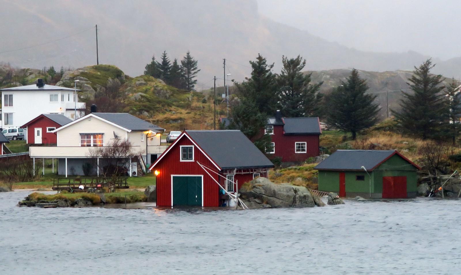 Høy vannstand på Ballstad i Lofoten