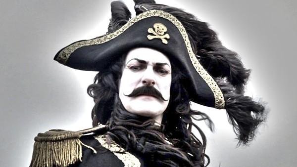 Bli med selveste Kaptein Sabeltann på en eventyrlig reise, og kanskje får Pinky oppfylt ønsket sitt om å bli verdens yngste sjørøver. Norsk dramaserie.