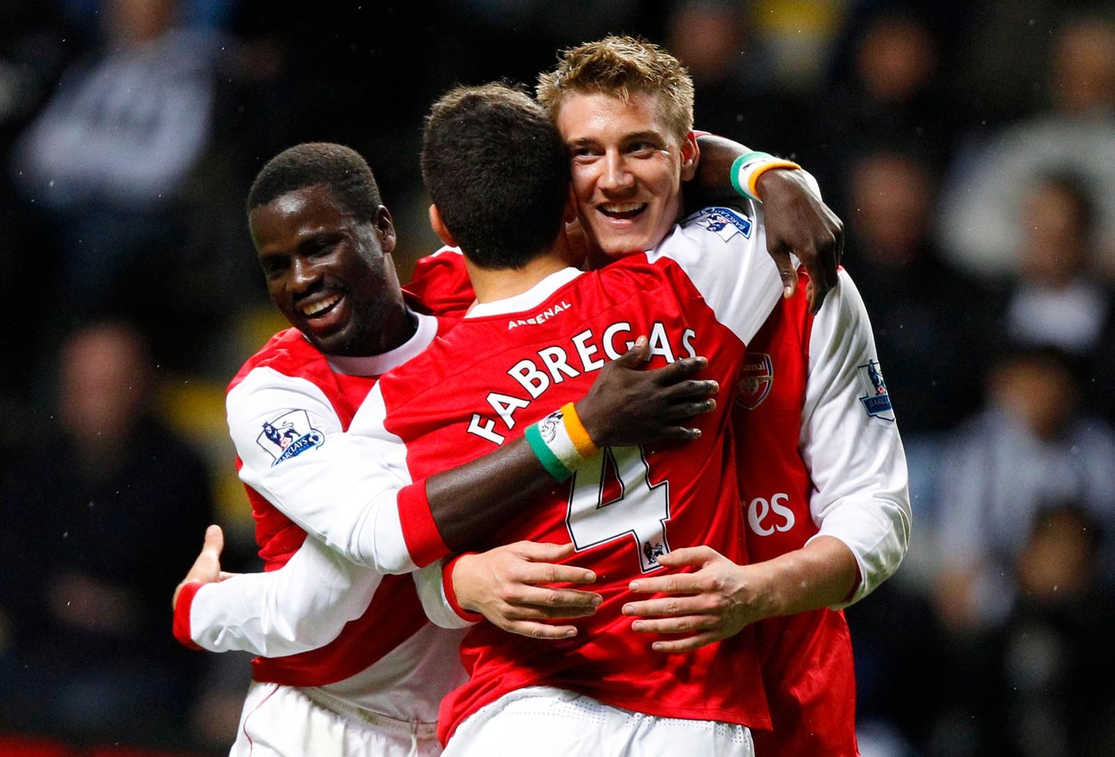 FABREGAS: Nicklas Bendtner feirer sammen med Cesc Fabregas og Emmanuel Eboue etter å ha scoret mot Newcastle i 2010.