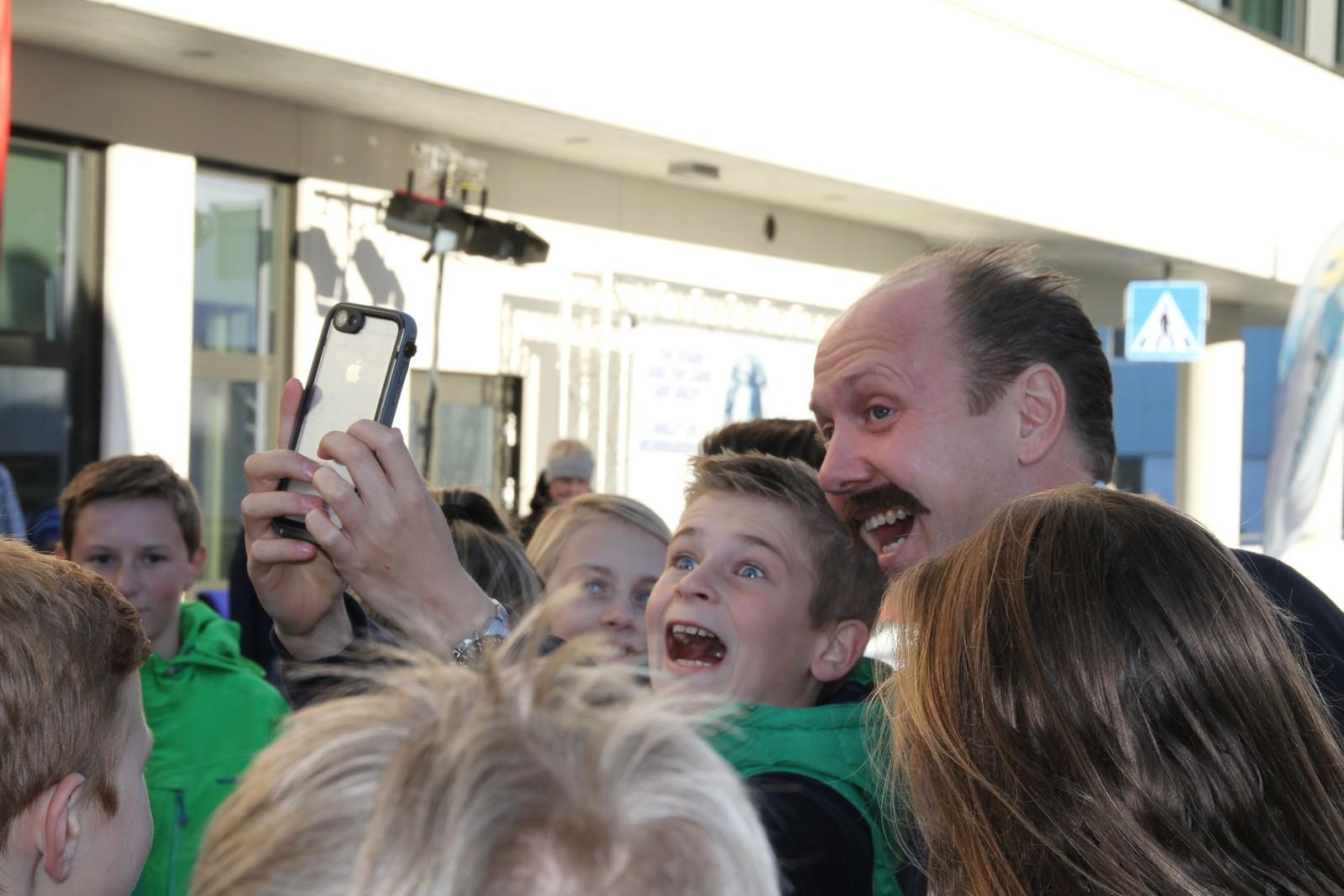 """Det er ingen tvil om at Kjell """"Kjellen"""" Bigset var populær når han ankom førpremieren på Børning 2."""