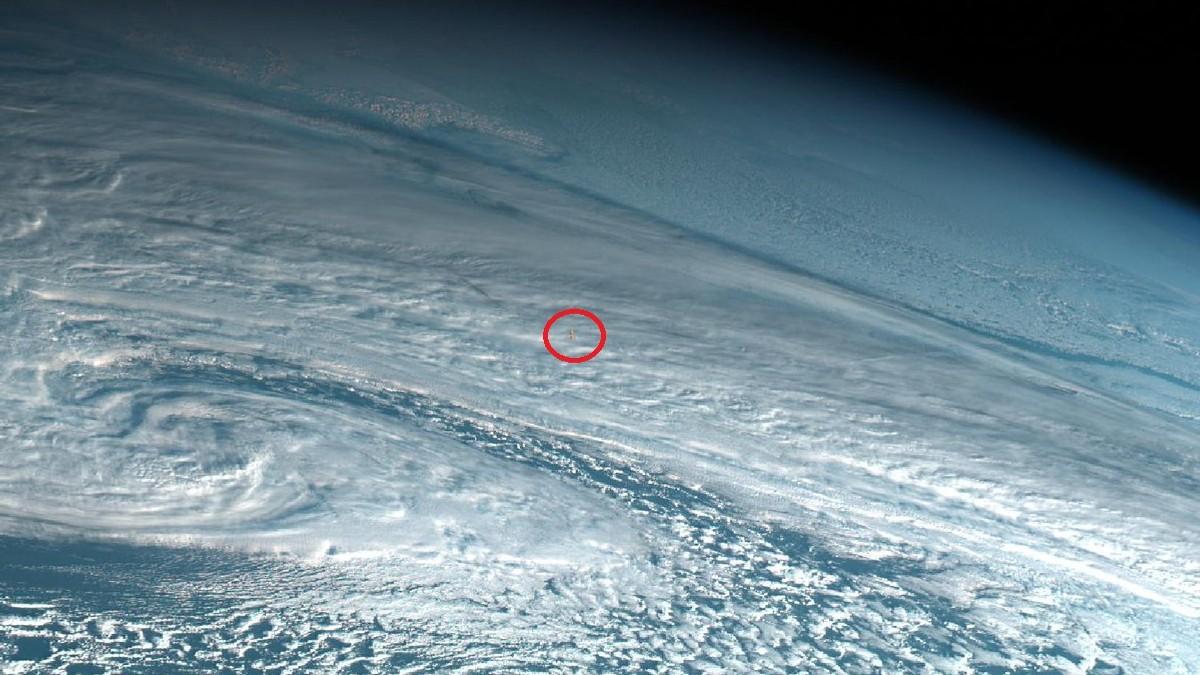 SOM EN ATOMBOMBE: Den røde ringen viser spor etter eksplosjonen 18. desember i fjor. Bildet er fanget opp av en japansk værsatellitt.
