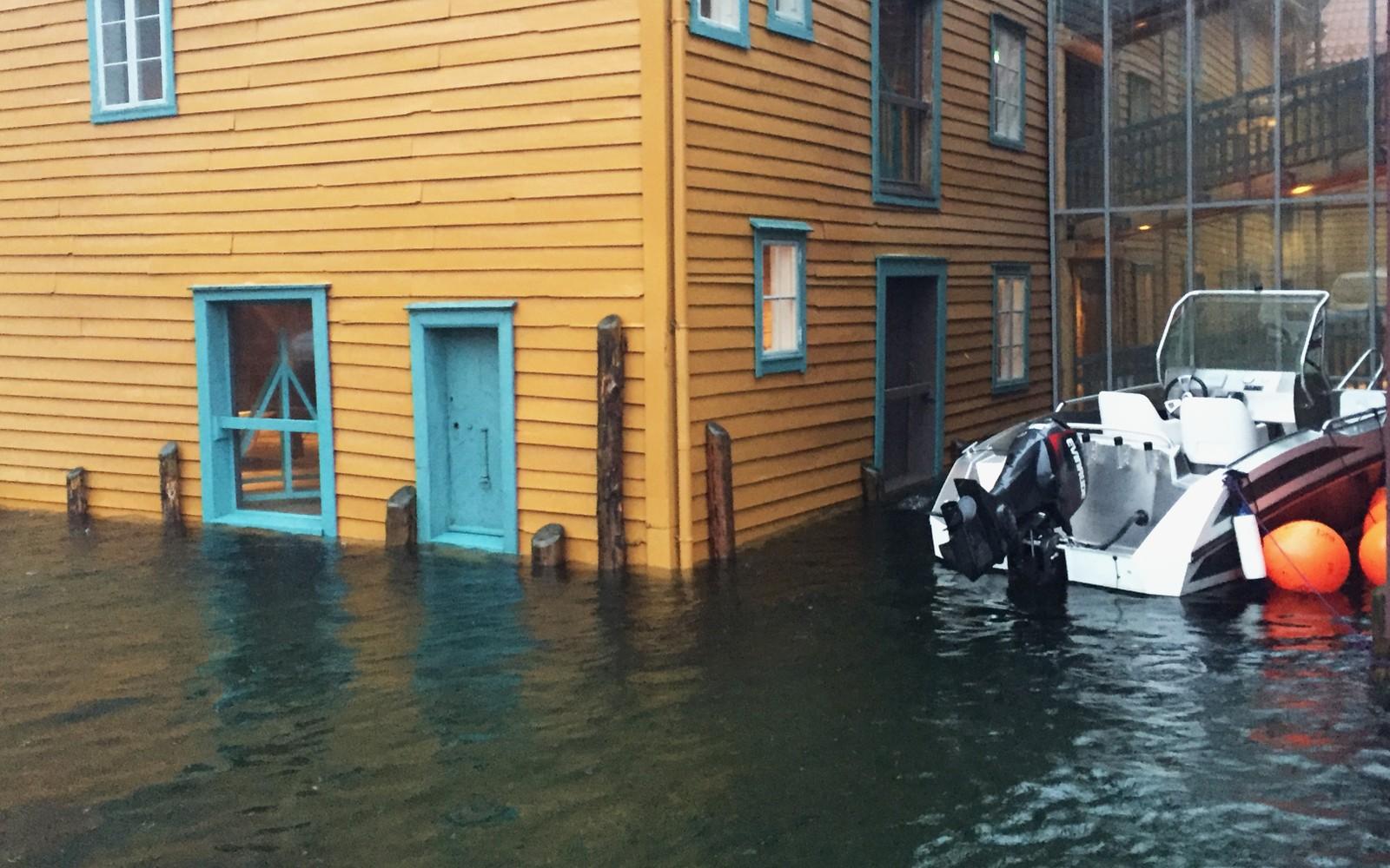 OVERSVØMMELSE: Svært høy vannstand ved Norges fiskerimuseum i Bergen.