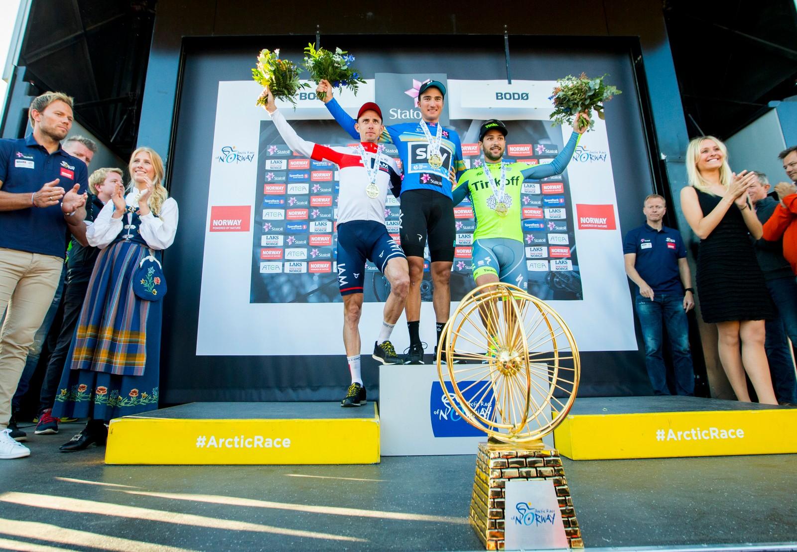 Gianni Moscon fra Italia (Team Sky) med den blå sammenlagttrøyen og Arctic Race-trofeet etter fjerde og siste etappe i sykkelrittet Arctic Race of Norway søndag. Stef Clement (IAM) kom på 2.-plass, mens Oscar Gatto (Tinkoff) kom på 3.-plass.
