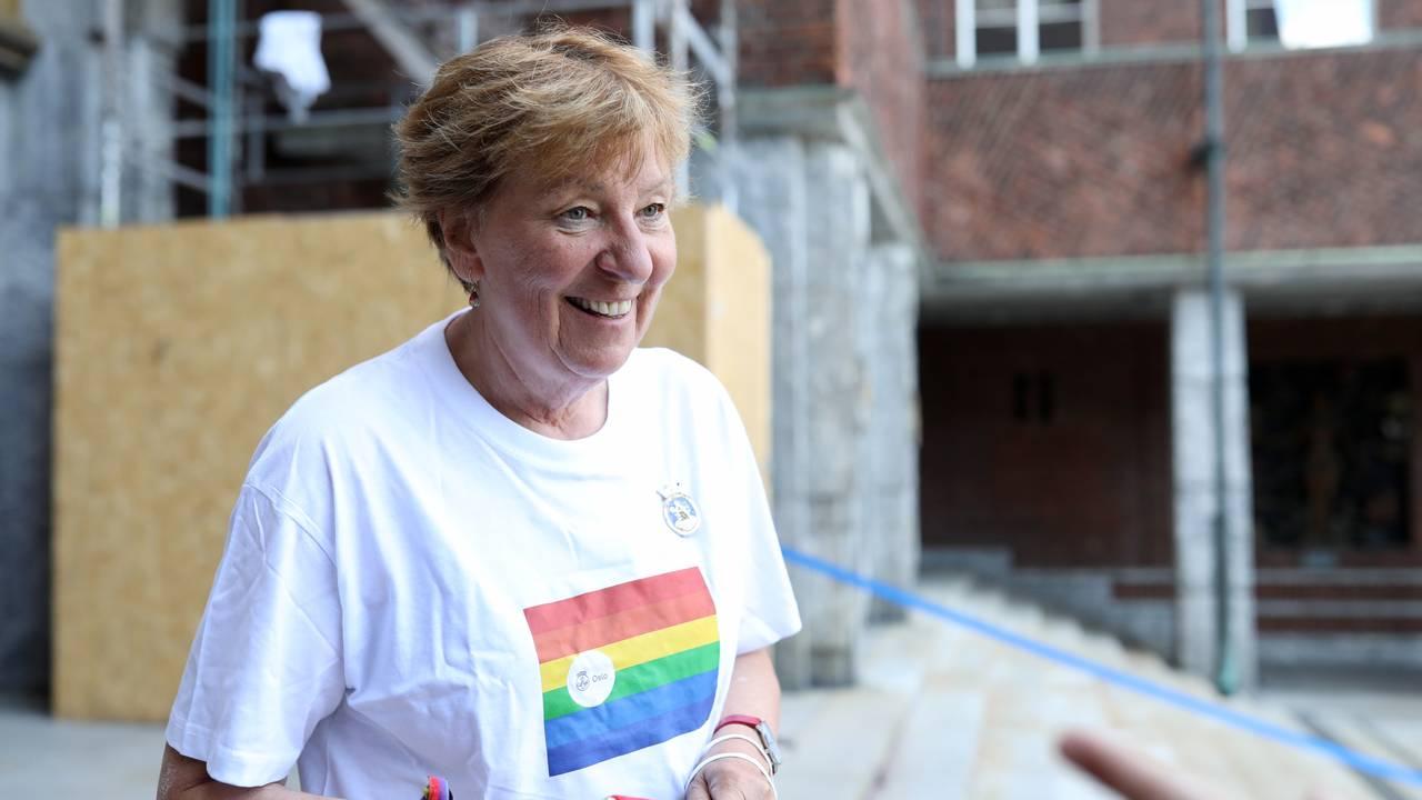 Oslos ordfører Marianne Borgen utenfor rådhuset i Oslo 17. juni 2021. Til tross for dramatiske dager i oslopolitkken smiler hun om kapp med sola under forberedelser til Pride i borggården.