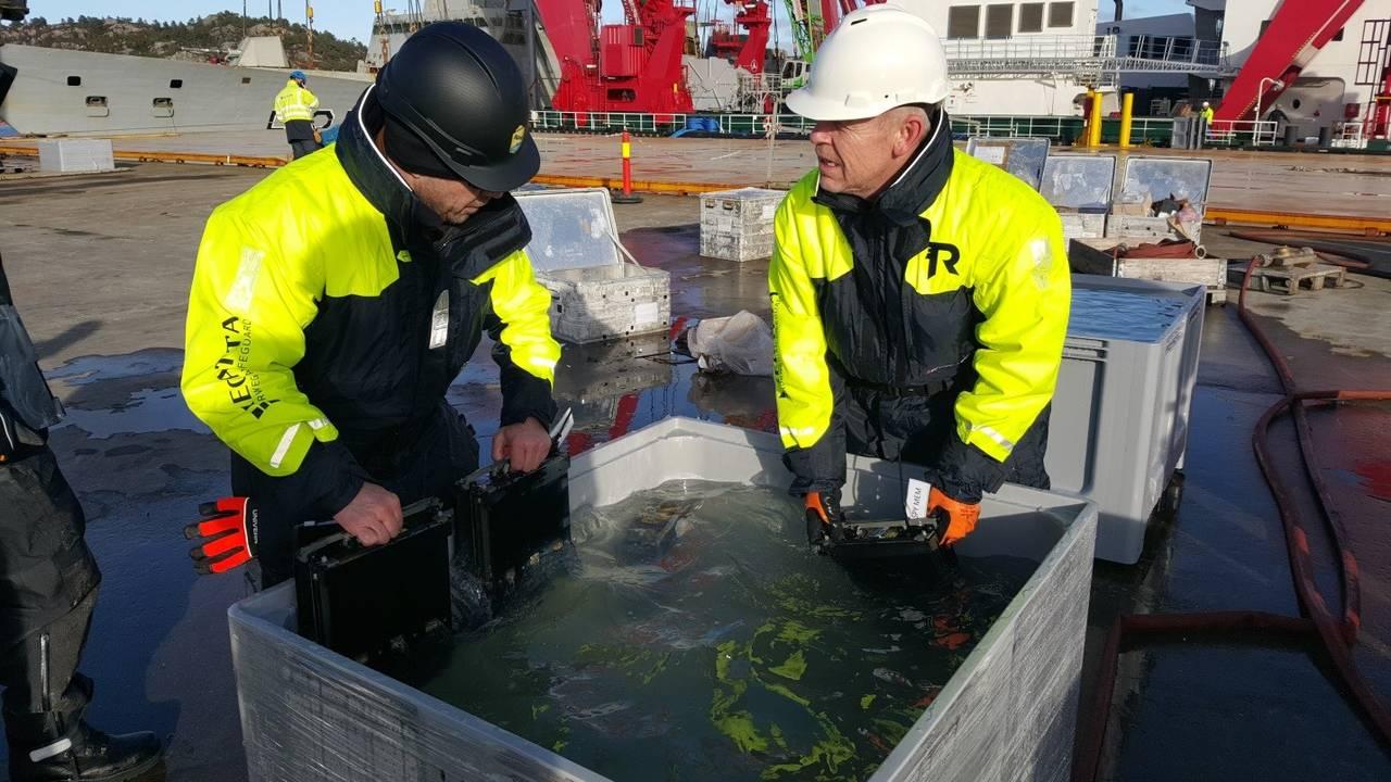 Komponenter legges i en Salt X-løsning for å fjerne saltet som lå på delene etter fire måneder i vann. Ingstad