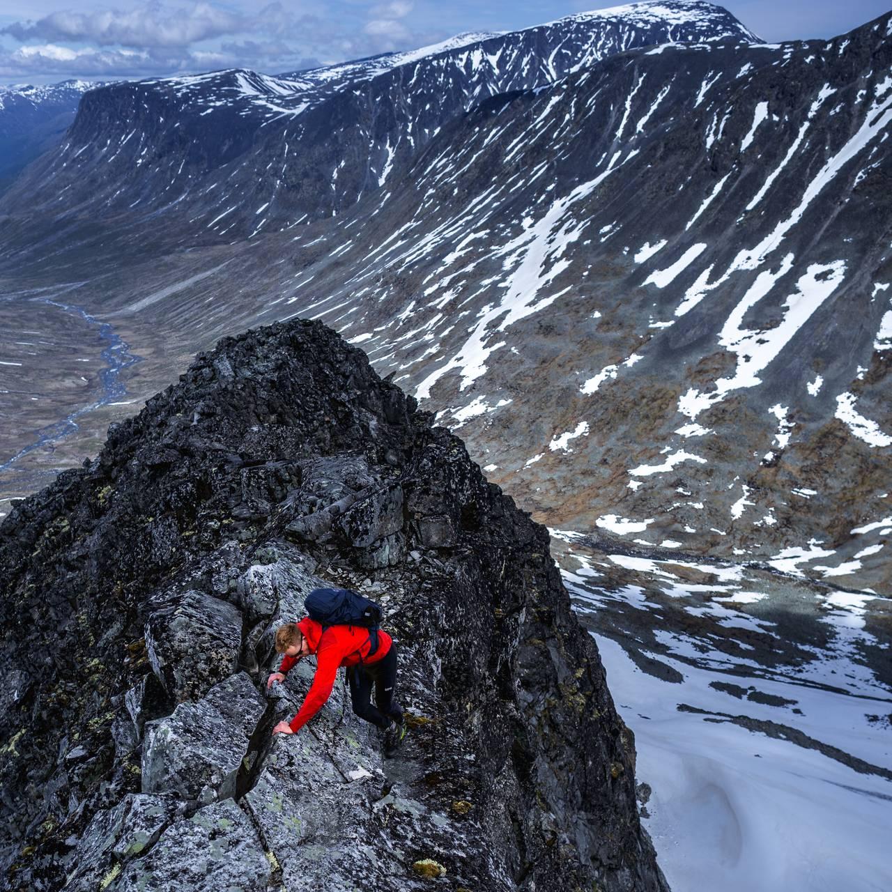 Sindre Kolbjørnsgard klatrer opp motbakkene på Urdadalstinden i Lom.