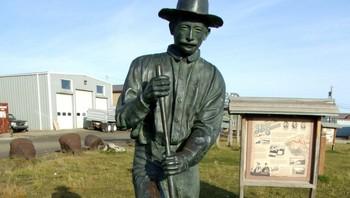 Jafet Lindeberg står i dag i bronse ved Anvil Creek i Nome, Alaska
