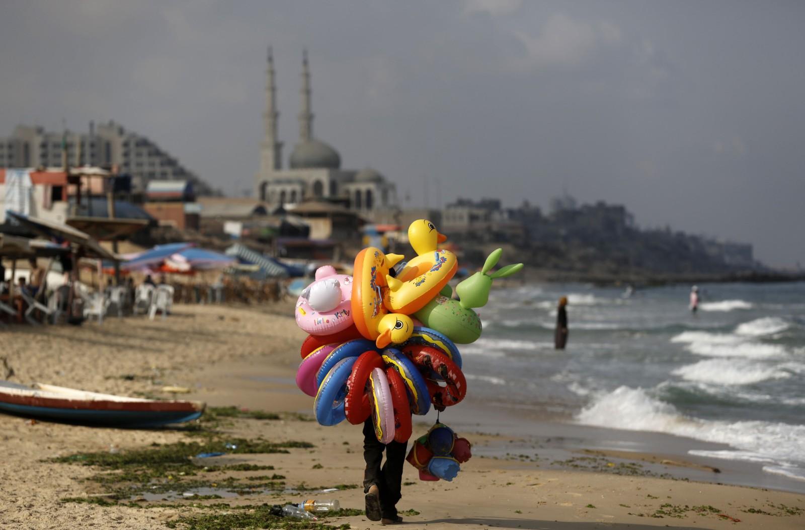 En palestinsk selger på stranden i Gaza by.