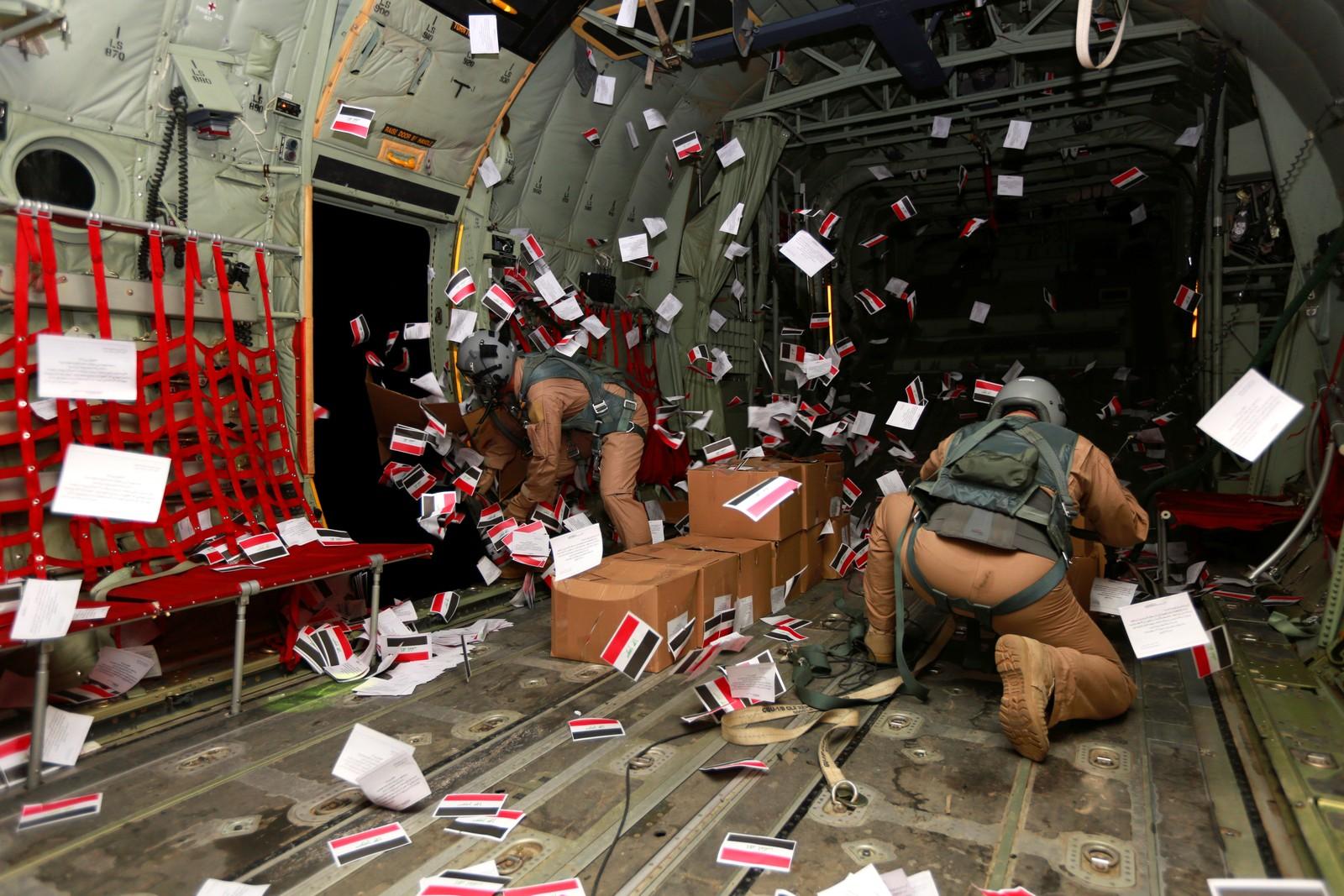 Flyvende blad. Irakiske soldater slipper flyveblad fra et fly over byen Mosul.