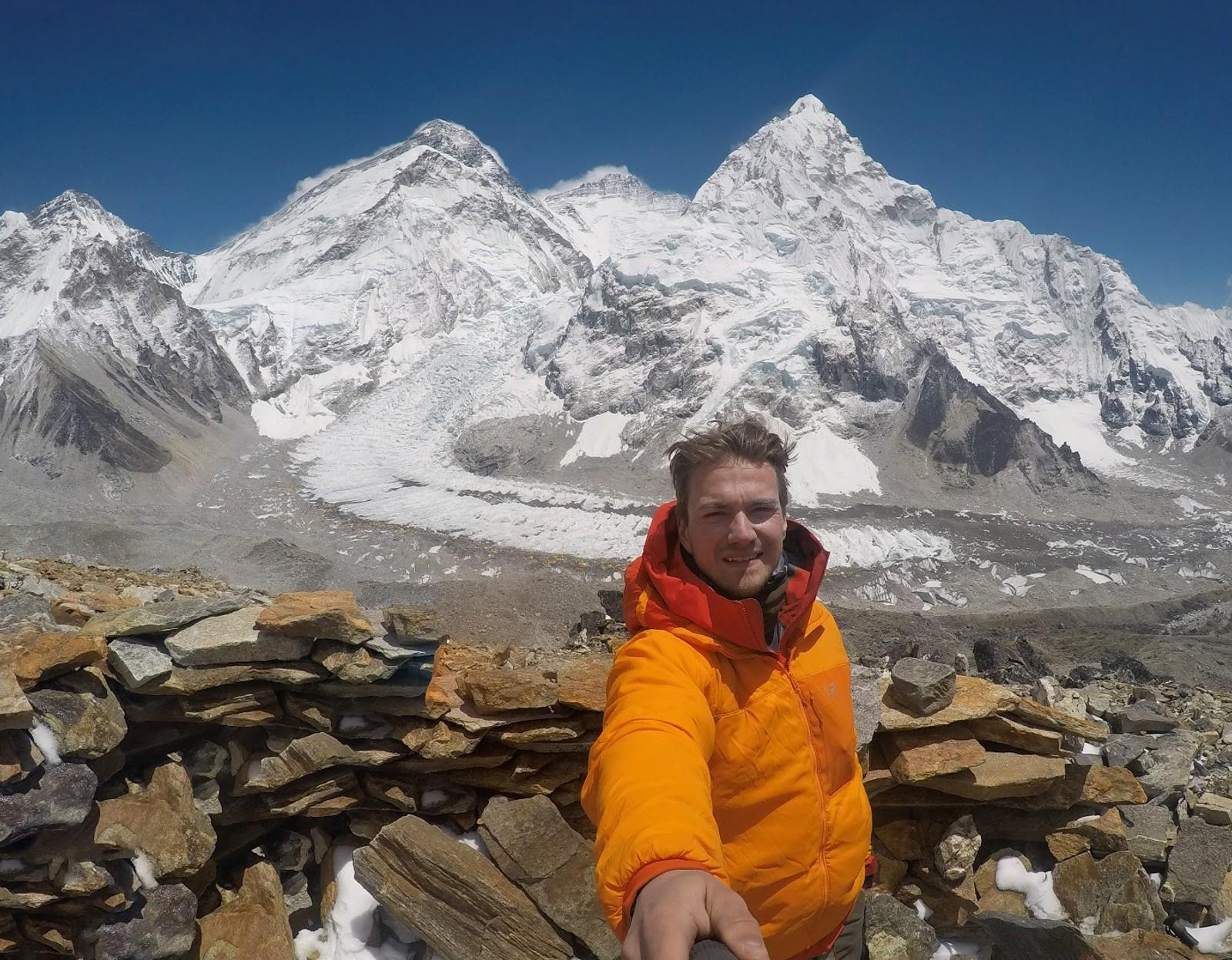 Everest Base Camp i bakgrunnen nede ved breen. Everest-massivet i bakgrunnen.