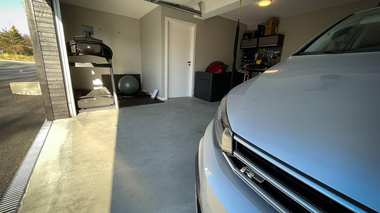 Tredemølle og bil deler plass i denne garasjen i Spjelkavika.