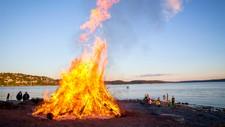 KLAR FOR BÅLKOS: Idyll på sankthans på Ulvøya for fire år siden. Det ligger an til like bra jonsokvær i år.