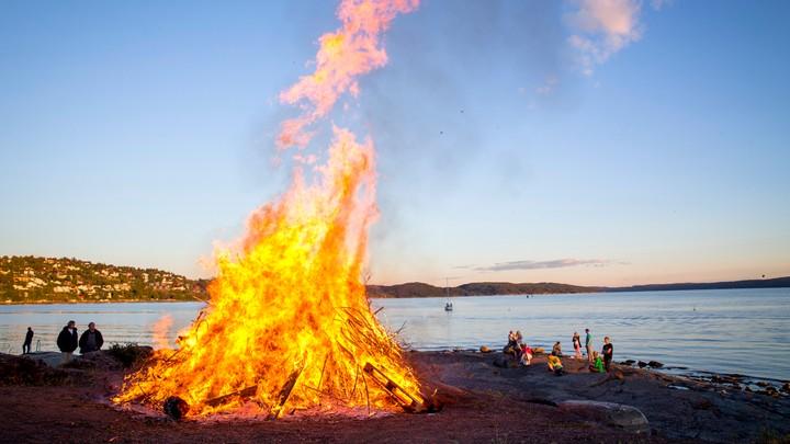 Sankthansbål på Ulvøya - Foto: Erlend Aas/NTB scanpix