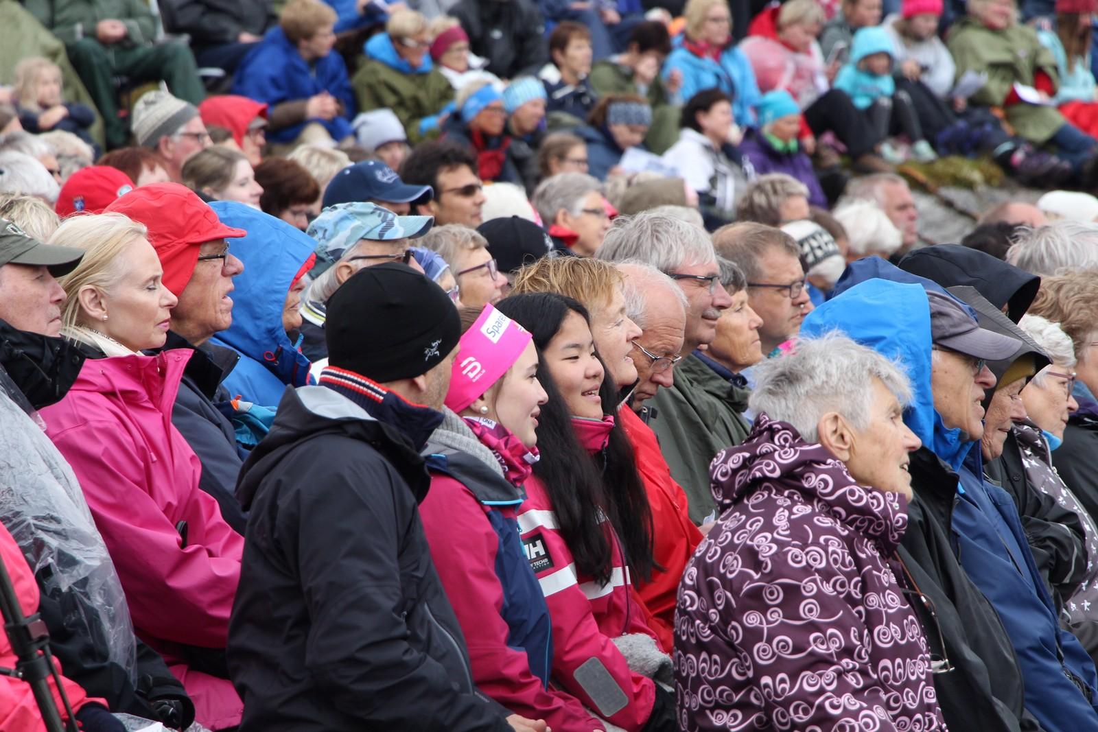 Publikum under konserten på Høgfjellsscena i Nord-Fron