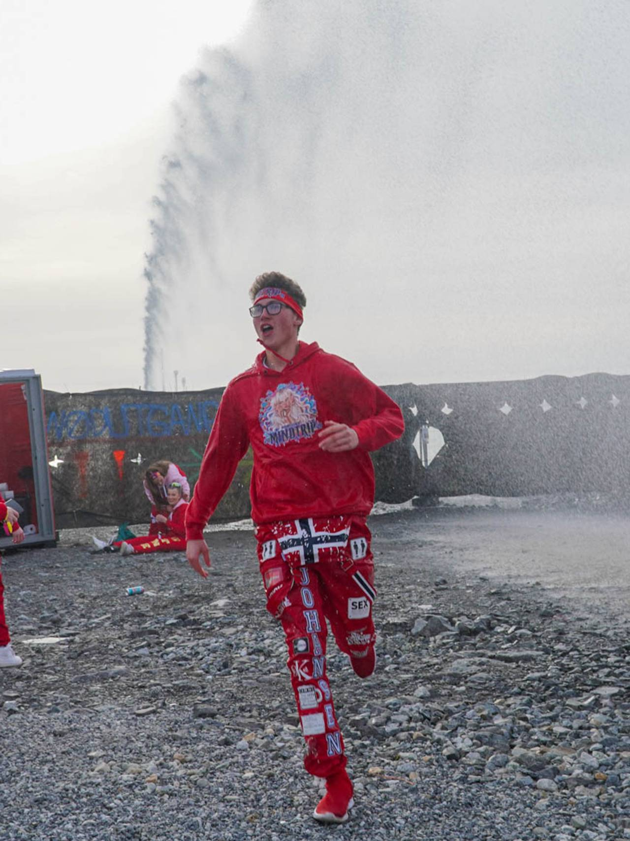 Russ blir døpt på Langstranda i Bodø i mai 2021 av redningsskøyta.