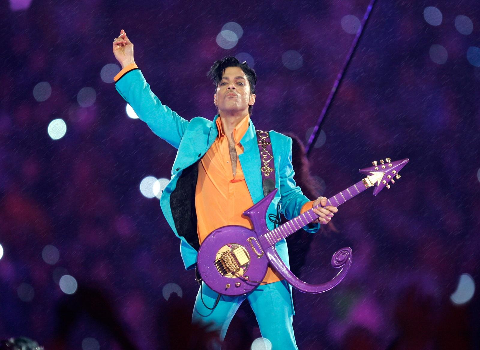 """Prince var kjent for å ha fantastiske sceneshow. Her fra Super Bowl i 2007. Artisten som ble 57 år gammel hadde hits som blant annet """"Kiss"""" og """"Purple Rain""""."""