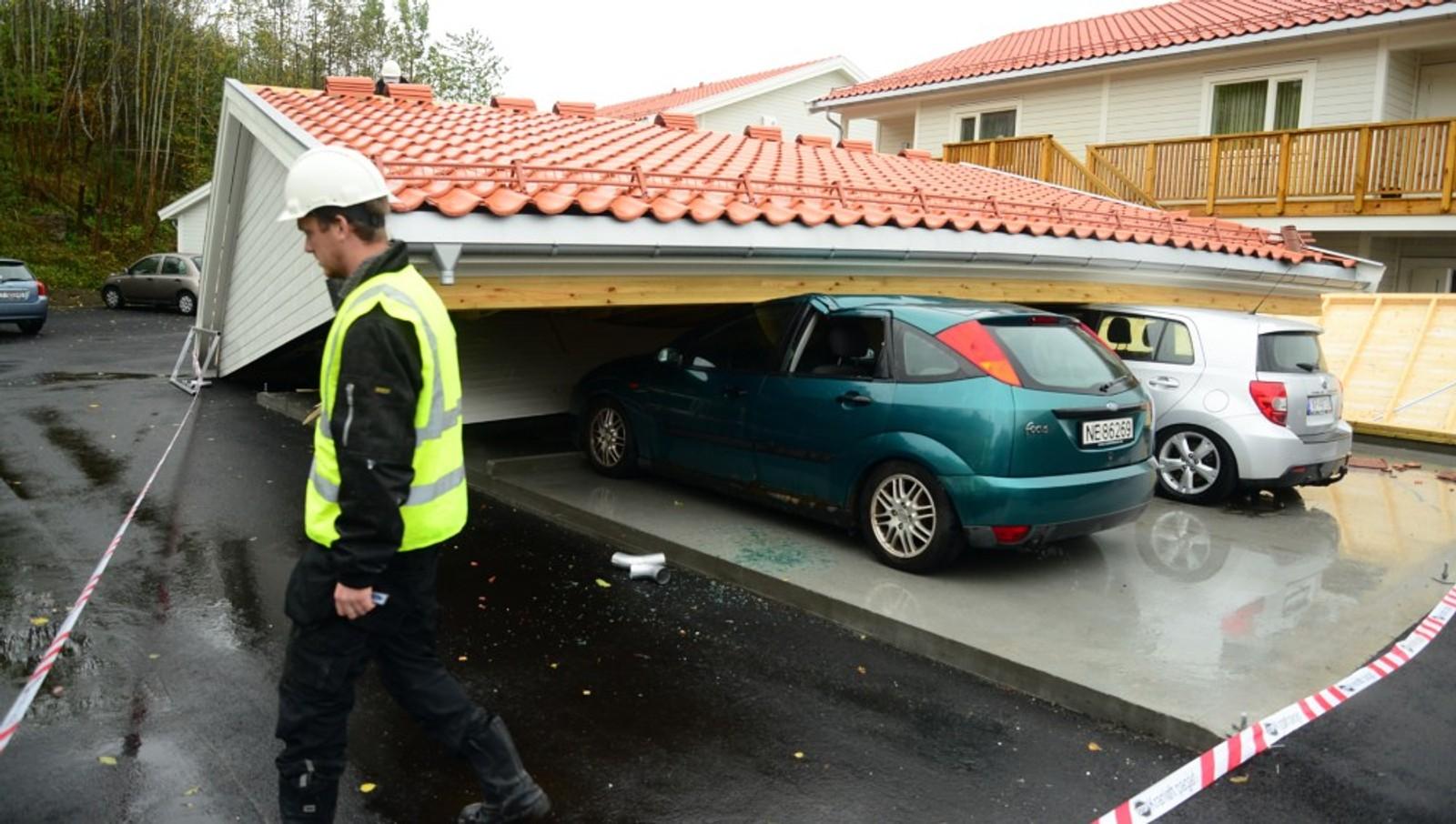 TELEMARK: Det gikk dårlig med bilene som stod under carporten som kollapset på Heistad i natt.