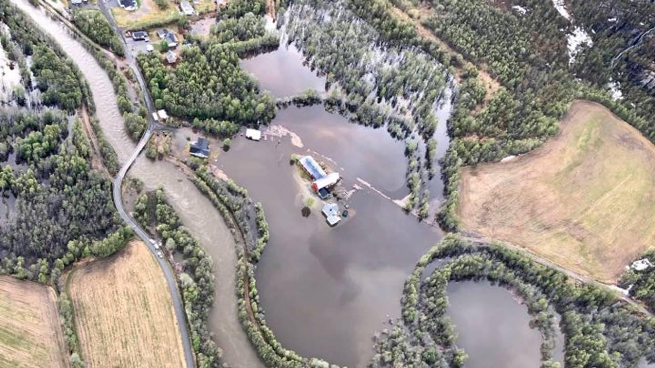 Tverrelvdalen sett fra lufta, flom og oversvømt gård