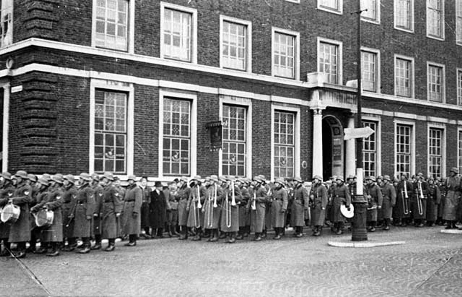 MINNESTUND: Tyske soldater holder minnestund over sine falne utenfor Telegrafen i Bergen sentrum.