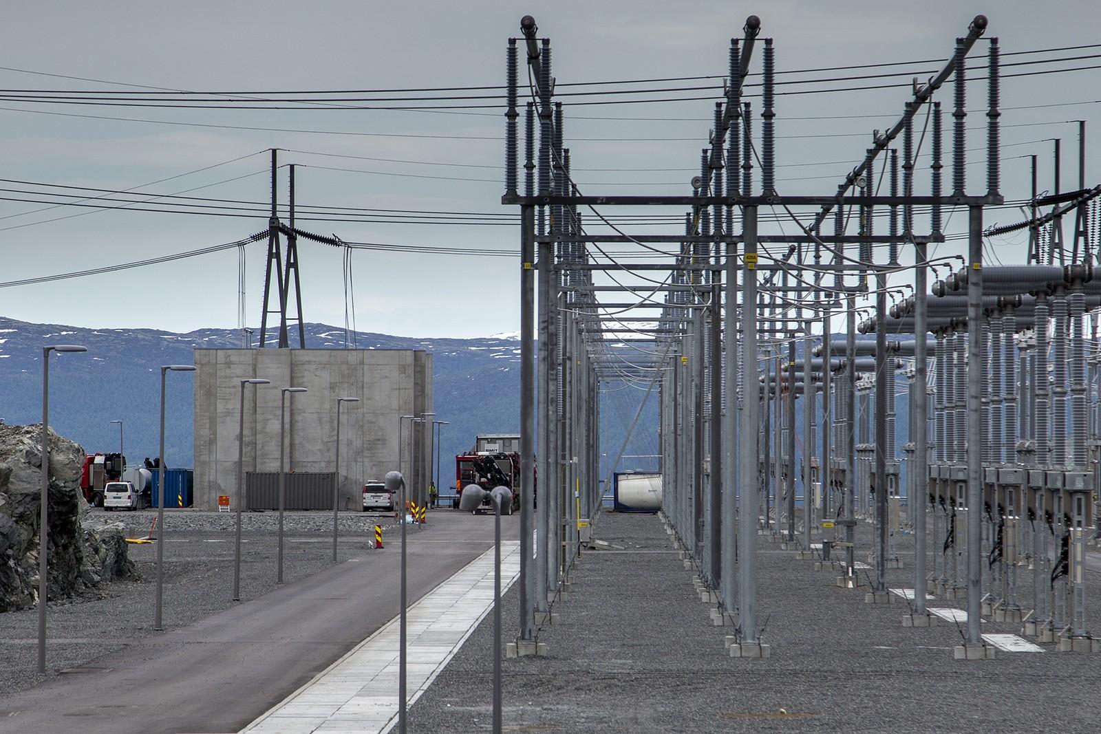 Sogndal trafostasjon er under bygging på Hagafjellet. Delar av stasjonen er sett i drift, resten er planlagt ferdigstilt i løpet av året. Kostnadane vil ende på 700-800 millionar kroner, inkludert vegar.