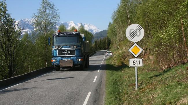 Fylkesveg 611 mellom Naustdal og Vevring. Foto: Ottar Starheim, NRK.