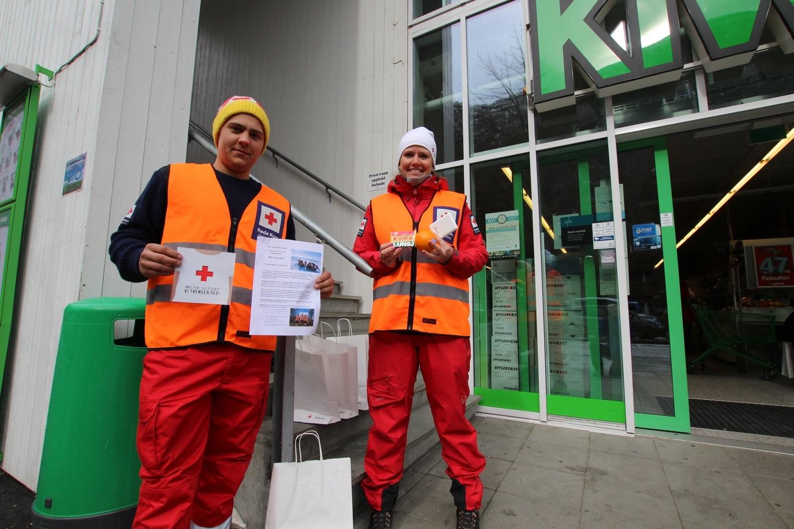 Lærdal Røde Kors Hjelpekorps skapte god påskestemning utanfor Kiwi. Dei delte ut påskegodt, fjellvettreglar og informasjon om Røde Kors.
